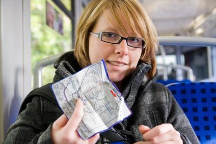Frau mit Fahrplan